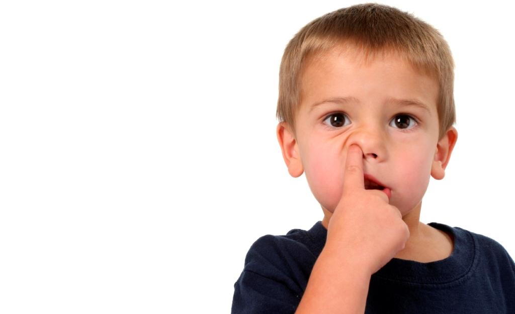 copil cu degetul in nas