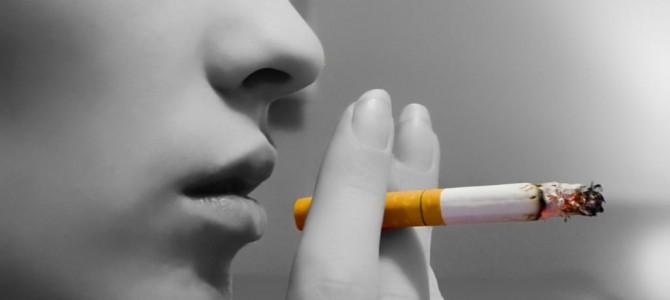 Ce bine că avem legea fumatului, românii iar se împart în grupuri și grupulețe