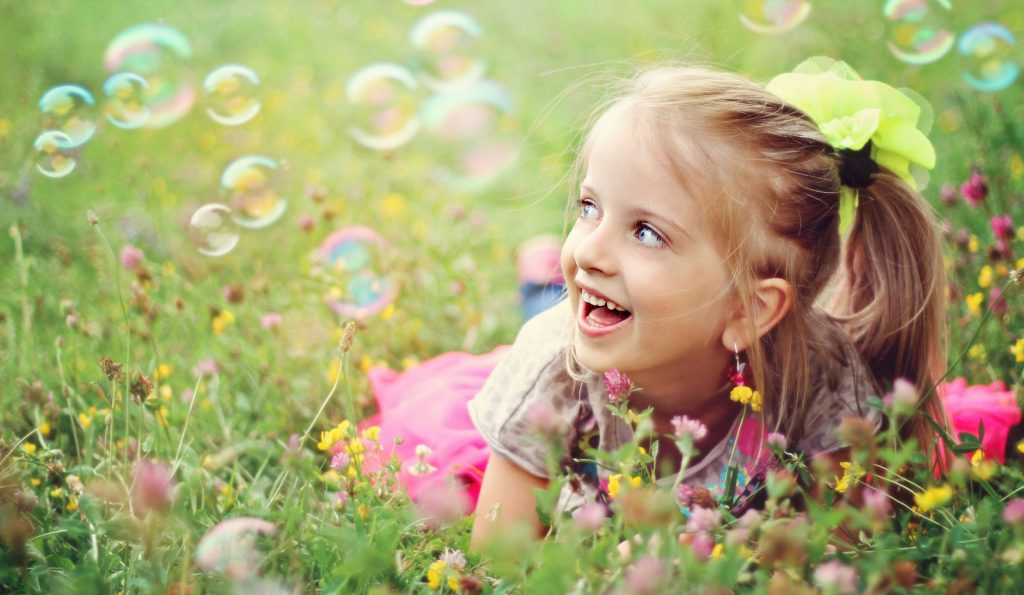 fetita fericita, bule, baloane de săpun